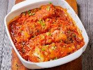 Печена риба скумрия плакия с целина, лук и домати на фурна